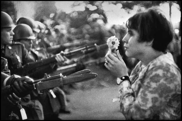 Blume gegen Bajonette - Demonstrantin vor dem Pentagon, Washington, 1967.