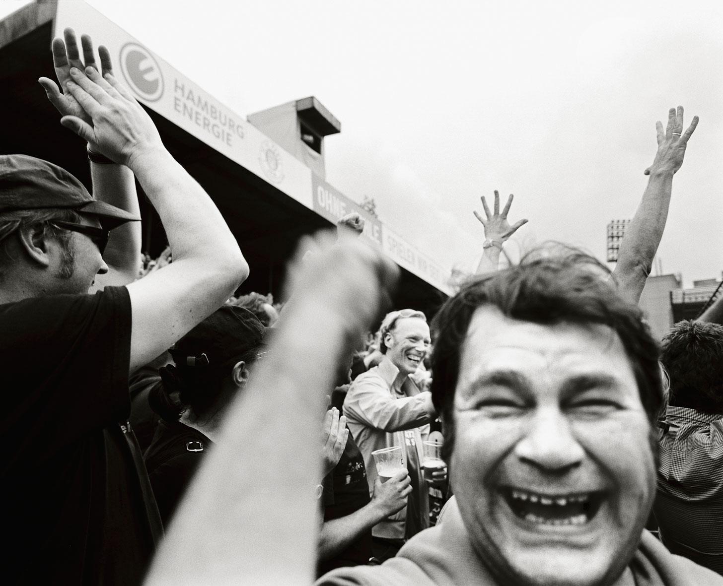 Fanjubel auf der Gegengerade im alten Millerntor-Stadion, 2011. Foto: Olaf Tamm