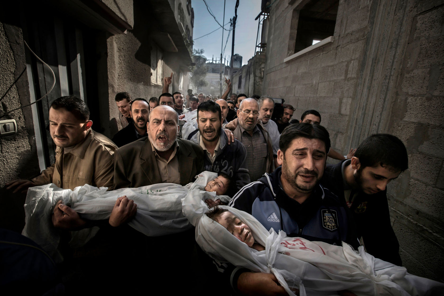 Mit seiner Aufnahme zweier toter Kinder und einer trauernden Menschenmenge in Gaza-Stadt hat Paul Hansen den renommierten World Press Photo Award gewonnen.