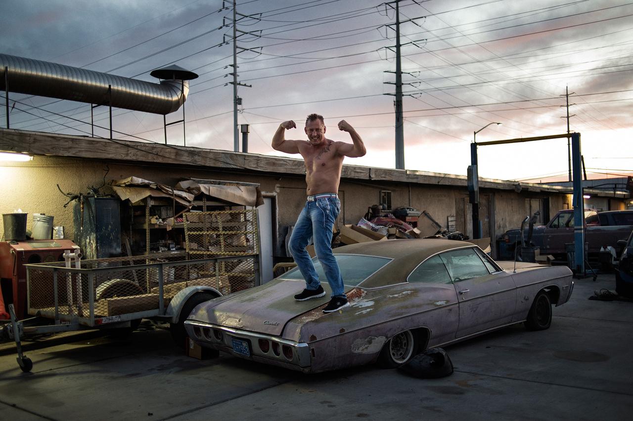 Las Vegas: Boxweltmeister Andreas Sidon posiert auf einem alten Auto. Foto: Armin Smailovic