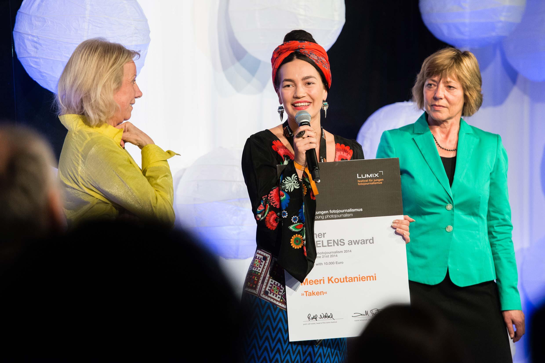 Ruth Eichhorn (GEO) und Daniela Schadt, Lebensgefährtin des Bundespräsidenten (rechts im Bild) überreichen Meeri Koutaniemi den FREELENS Award 2014 beim 4. Lumix Festival. Foto: Wilma Leskowitsch/HS Hannover