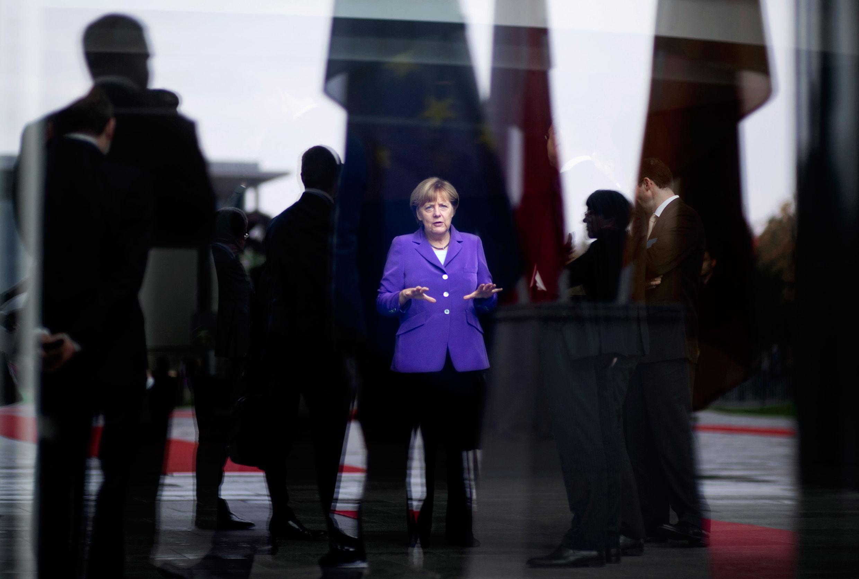 09.10.2014, Berlin: Bundeskanzlerin Angela Merkel wartet mit Mitarbeitern beim Staatsbesuch der polnischen Ministerpräsidentin im Bundeskanzleramt. Foto: Stefan Boness/Ipon