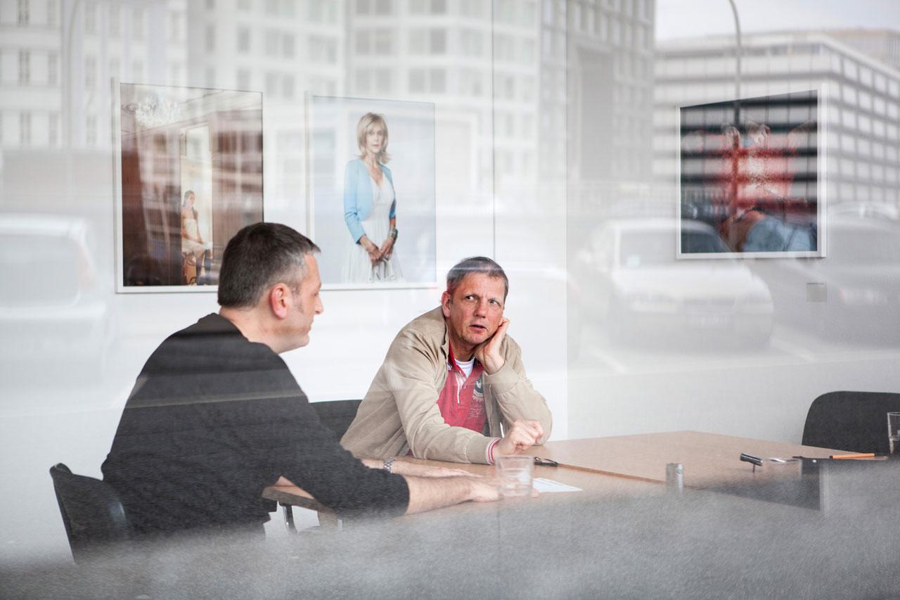 Veteranentreffen in der Geschäftsstelle: Knut Gielen (links) und Heiner Müller-Elsner erinnern sich an den Beginn der Verbandsarbeit. Foto: Lucas Wahl
