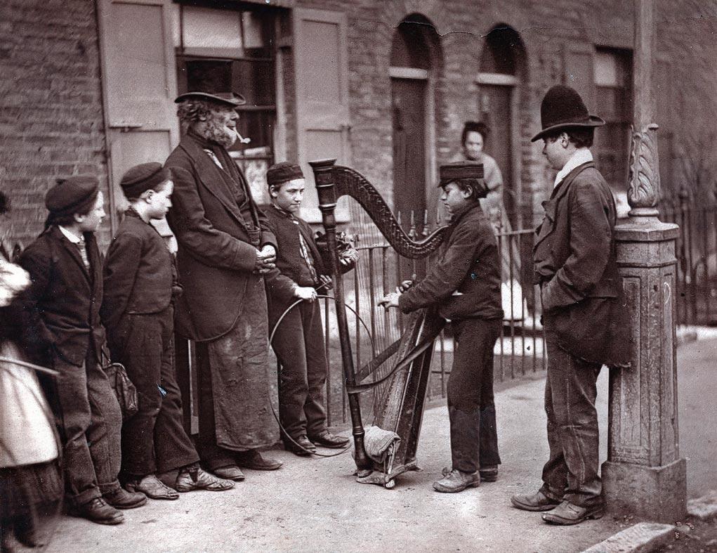 Die im Jahr 1877 als Buch erschienene Reportage »Street Life in London« zählt zu einer der ältesten Arbeiten, die sich mit dem Straßengeschehen einer Großstadt auseinandersetzte.