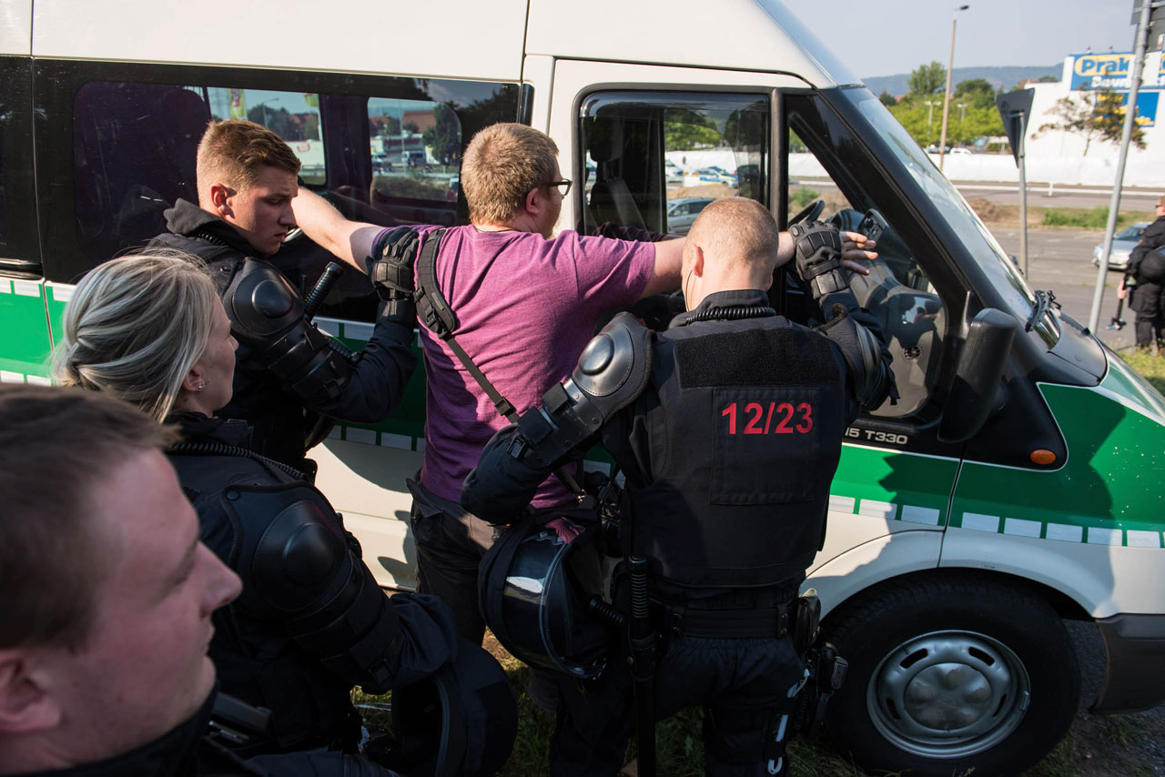 Die Polizei hat den Fotojournalisten Nick Jaussi »festgesetzt«, nachdem er die Mehrzweckschusswaffe eines Beamten fotografiert hat… Foto: Christian Ditsch