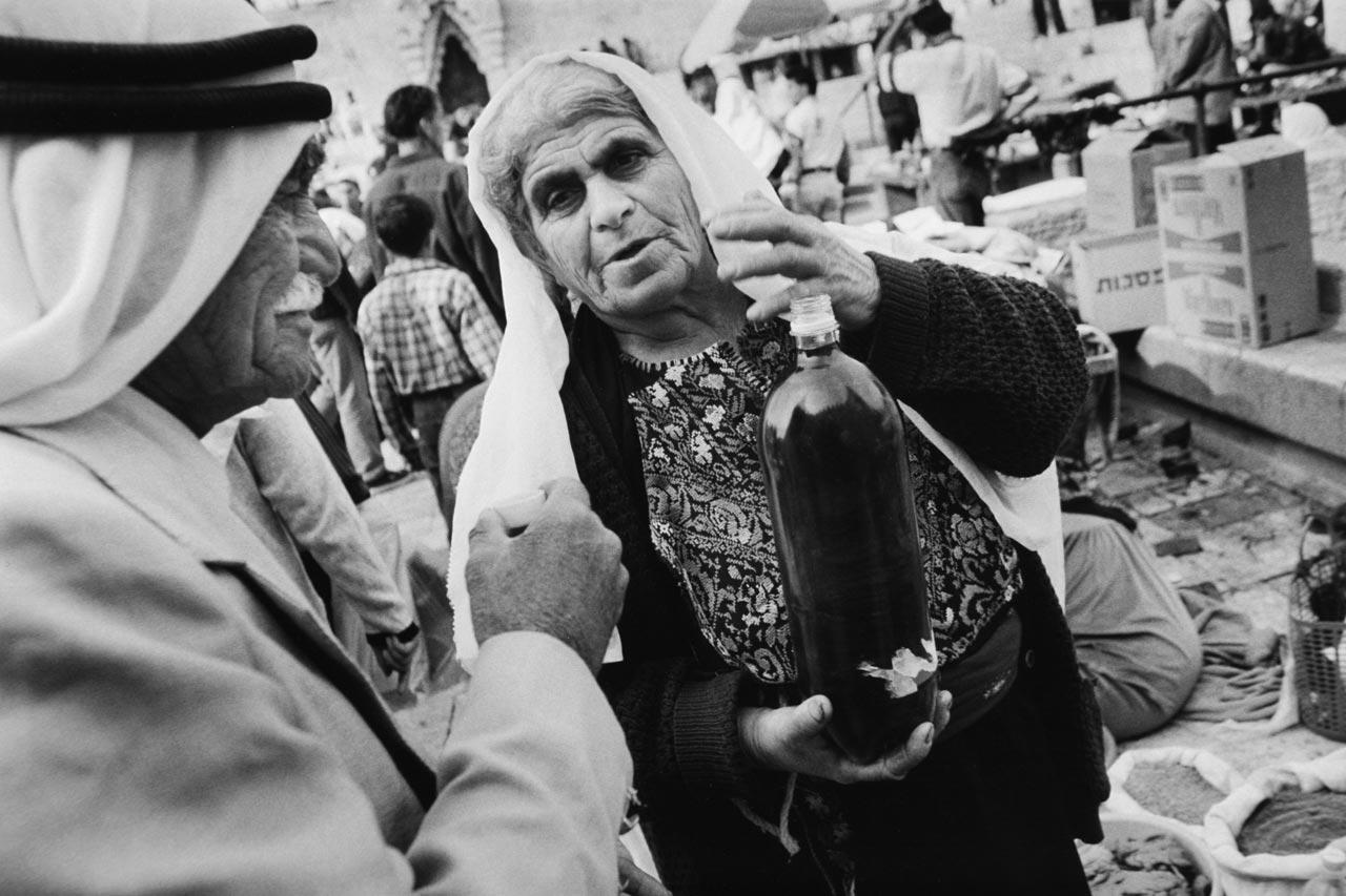 Am Damaskustor der Altstadtmauer verkaufen Beduinen Gemüse, Kräuter, Öle und andere Produkte. Foto: Tom Krausz