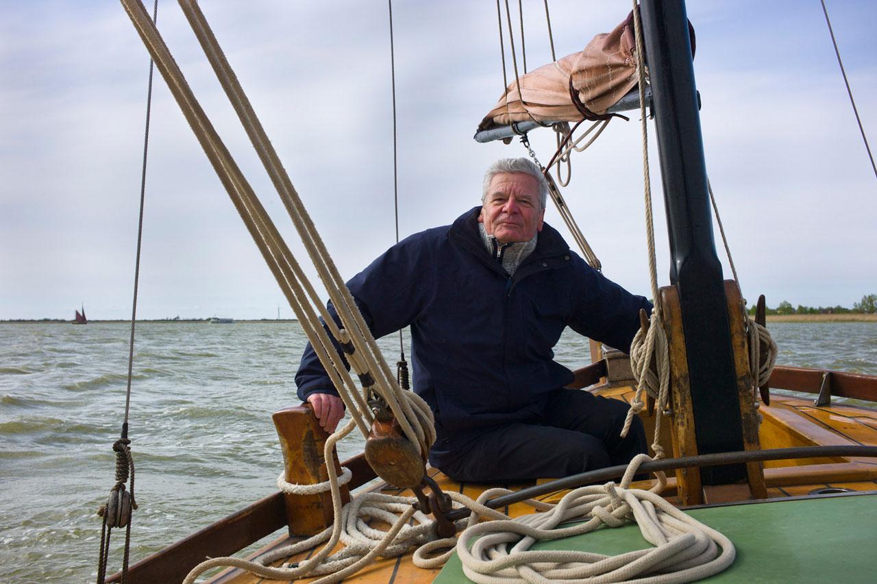 Joachim Gauck bei einem Segeltörn auf dem Sahler Bodden, 2014. Ein Motiv aus der Ausstellung »Bürger Gauck: Unterwegs mit einem unbequemen Präsidenten«.