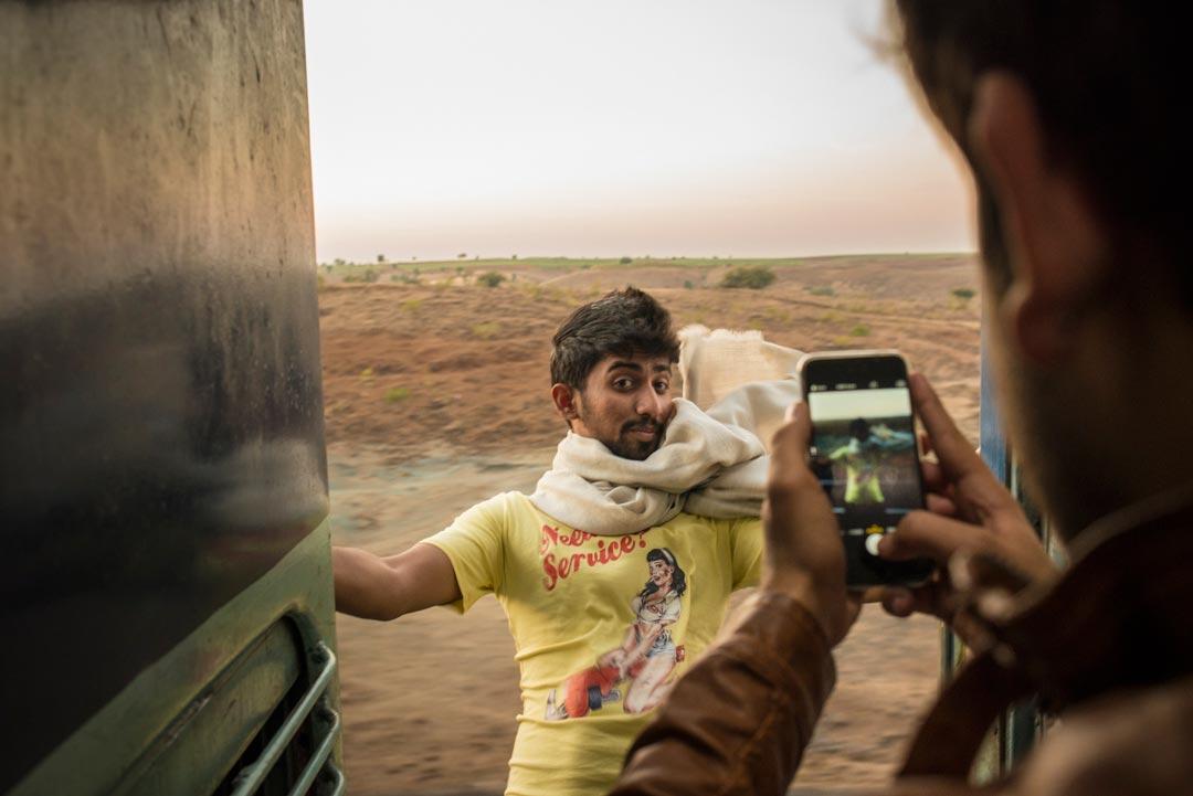 Für ihre Reportage über Bahnreisen in Indien wurde Tamina-Florentine Zuch bei den dpa News Talents 2015 ausgezeichnet.Die Nahverkehrszüge Mumbais werden täglich von über 7,5 Millionen Menschen genutzt. Damit ist es das geschäftigste Nahverkehrsnetz der Welt. Foto: Tamina-Florentine Zuch