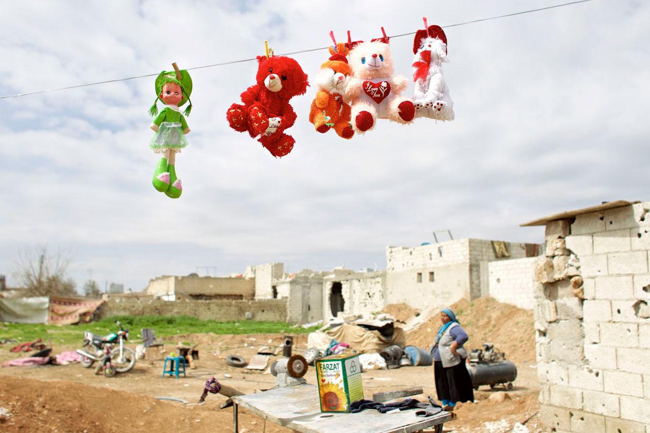 Die Bilder der Ausstellung »Back to Rojava« zeigen den Alltag der Bevölkerung in Syrisch-Kurdistan. Foto: Mark Mühlhaus/attenzione