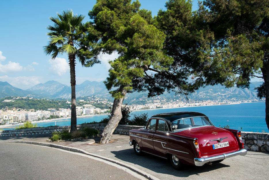 Opel Kapitän auf der französischen Landstraße »N7« – kurz vor Menton an der Cote d'Azur.