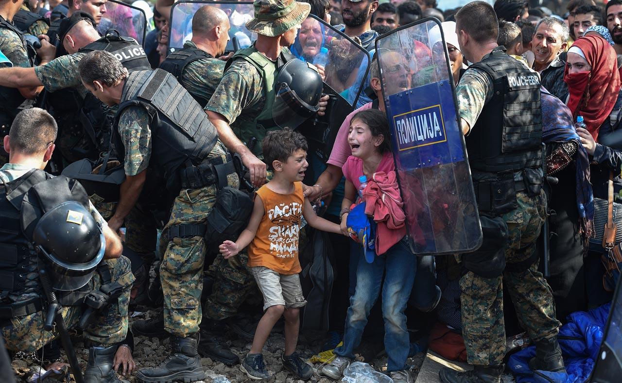 Das UNICEF-Foto des Jahres stammt von dem mazedonischen Fotografen Georgi Licovski und zeigt die schiere Verzweiflung von Flüchtlingskindern an der griechisch-mazedonischen Grenze im August 2015. Foto: Georgi Licovski