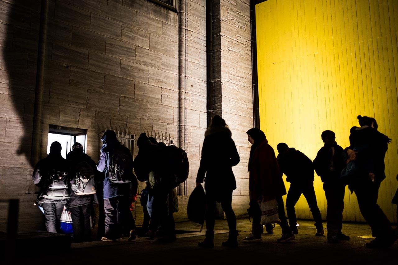 Philipp Reiss begleitete Geflüchtete, die auf ihrer Durchreise in Hamburg stranden und über Nacht in Notunterkünften untergebracht werden. Auch die Hamburger Kunsthalle lässt dabei die Menschen nicht im Regen stehen. Foto: Philipp Reiss
