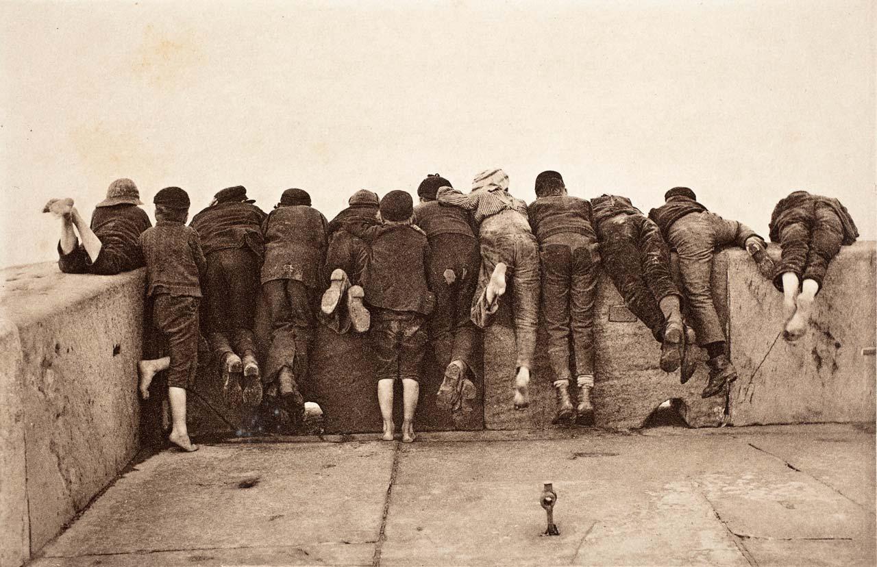 Als hätte der englische Fotograf Francis Meadow Sutcliffe schon 1890 an eventuelle Probleme mit den Persönlichkeitsrechten gedacht, als er die neugierigen Jungs nur von hinten fotografierte. Foto: Francis Meadow Sutcliffe