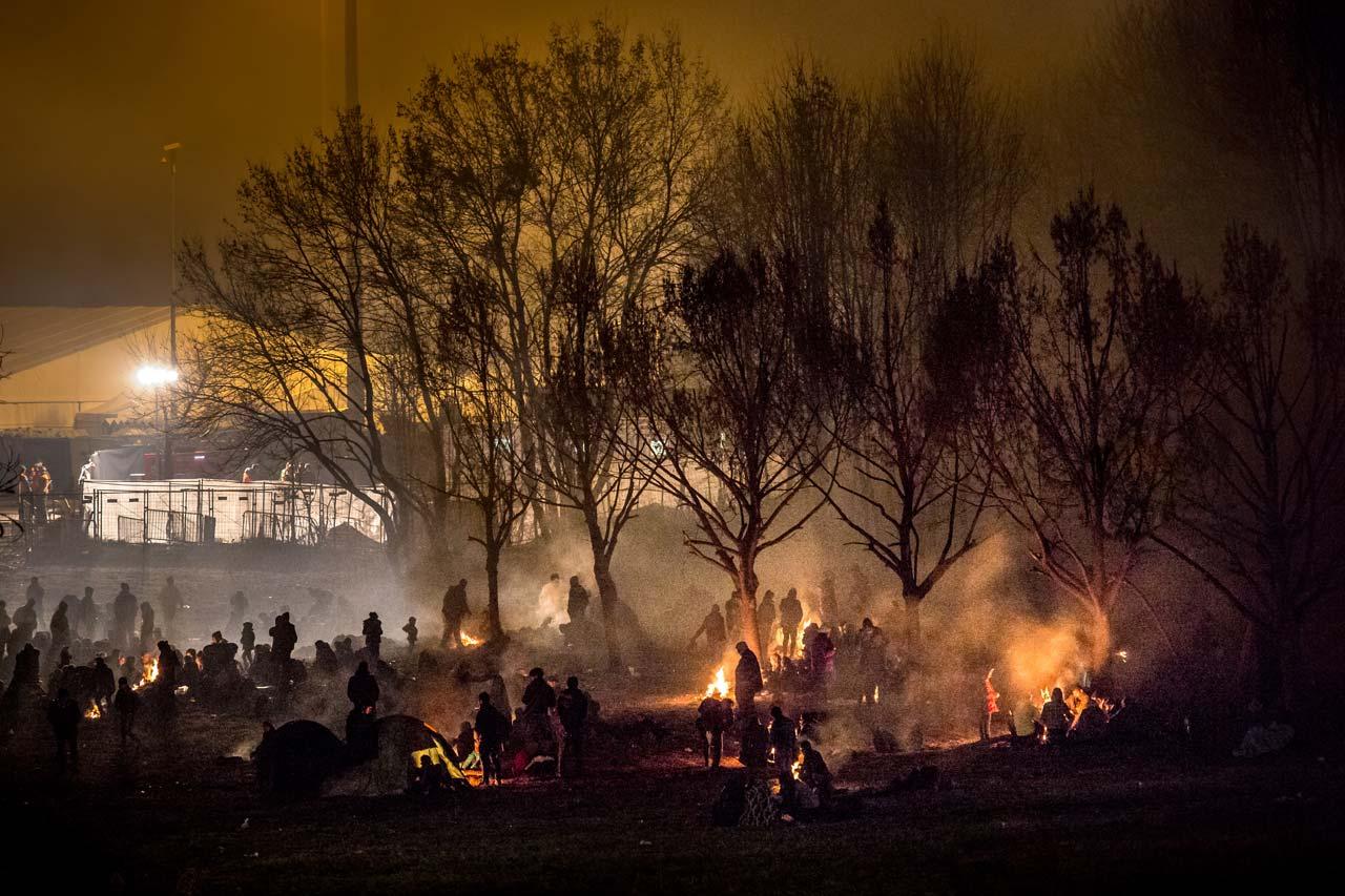 Geflüchtete warten am Grenzübergang bei Šentilj, Slowenien im sogenannten Niemandsland, um nach Spielfeld, Österreich eingelassen zu werden. Foto: Christian Mang