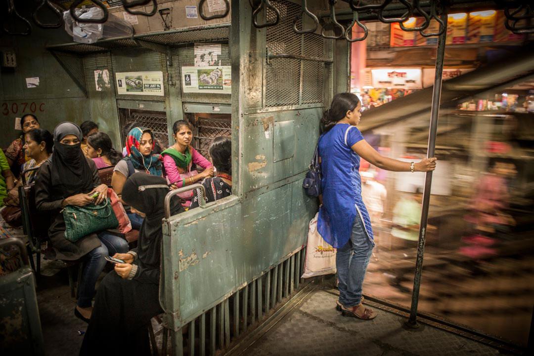 In den Nahverkehrszügen Mumbais gibt es abgetrennte Abteile für Frauen, um sexuelle Belästigungen einzudämmen. Foto: Tamina-Florentine Zuch