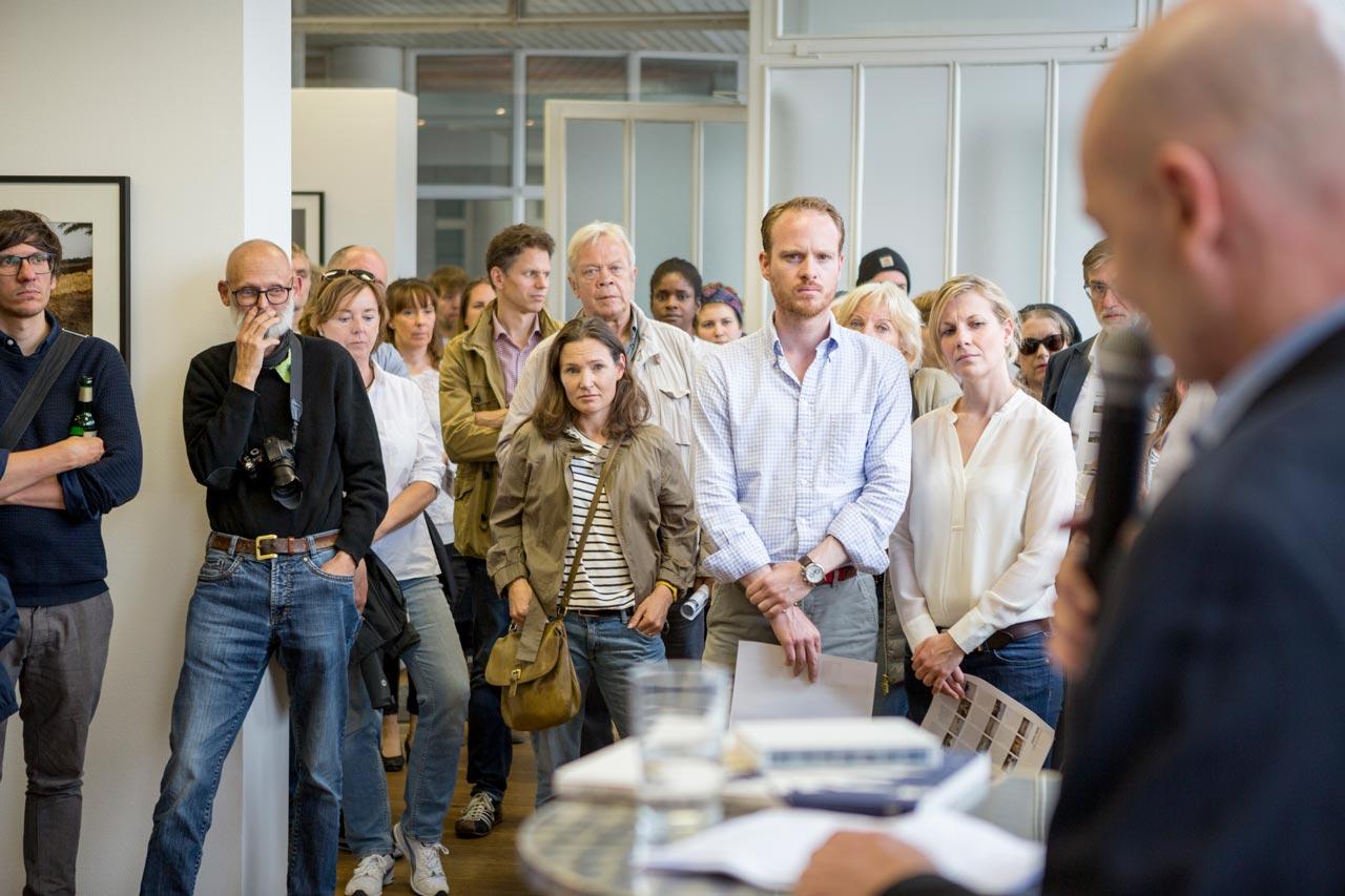 Fred Grimm sprach zur Eröffnung von Christoph Bangerts Ausstellung »Hello Camel« in der FREELENS Galerie.