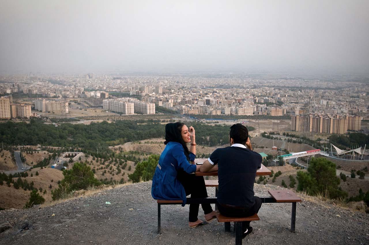 Das junge Paar Samaneh und Shayan im Kuhsar-Park mit Blick über Teheran. Foto: Kaveh Rostamkhani