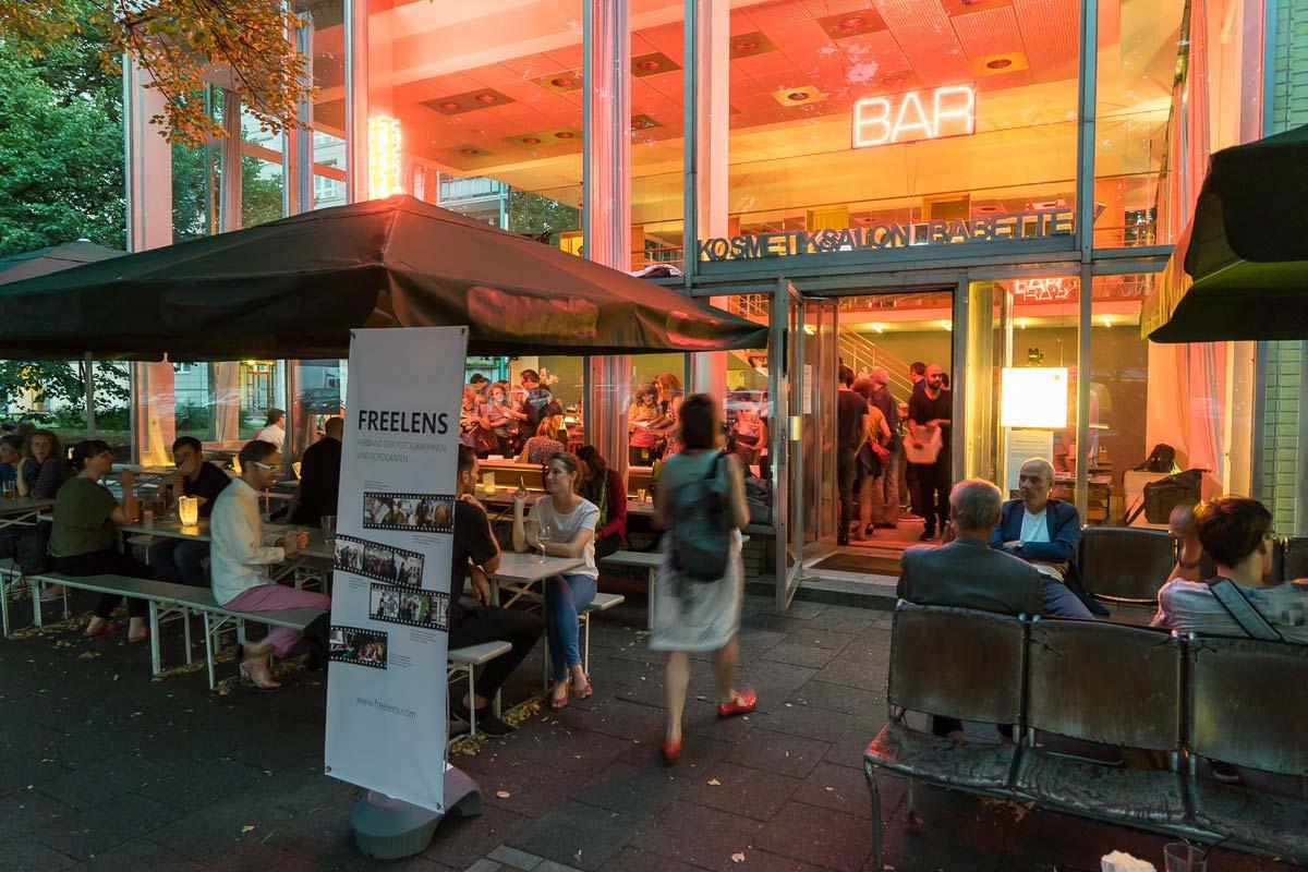 Die Veranstaltung »FREELENS on Books« lockte zahlreiche Fotobuchinteressierte in die Berliner »Bar Babette«. Foto: Rainer F. Steußloff