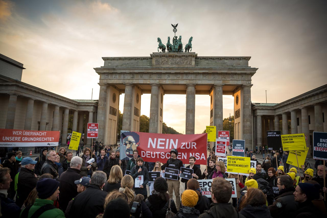Kundgebung »BND-Gesetz stoppen« vor dem Brandenburger Tor. Foto: Gordon Welters