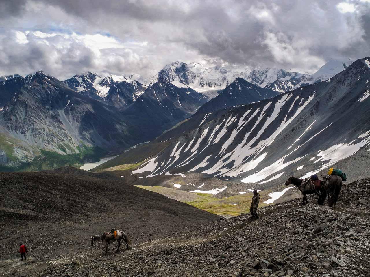 Der erste Blick auf den Gipfel des Belucha bei der Überschreitung des Karatjurek-Passes auf 3200 Meter Höhe.