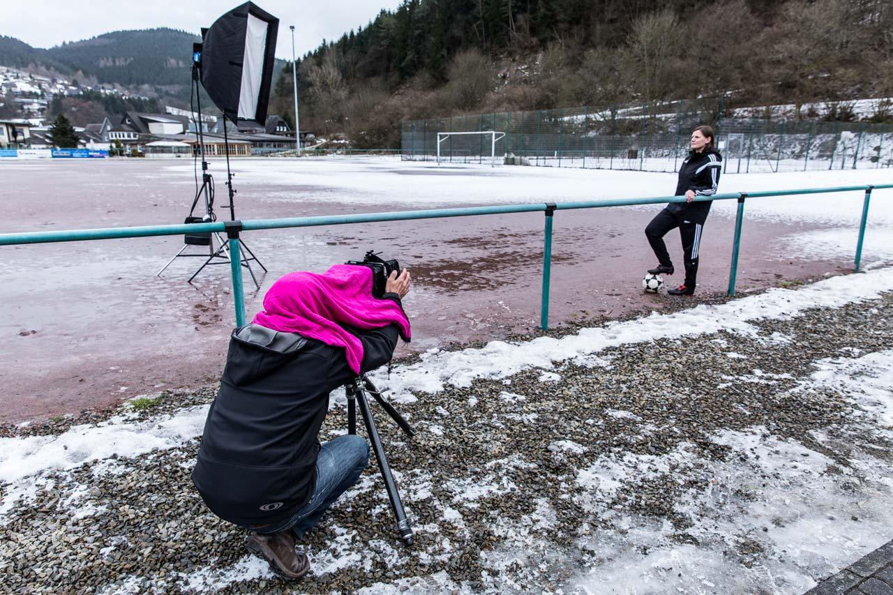 Günther Bauer fotografiert die ehemalige Fußballnationalspielerin Pia Wunderlich auf dem Hartplatz des TuS Schwarzenau. Foto: SportART/Günther Bauer