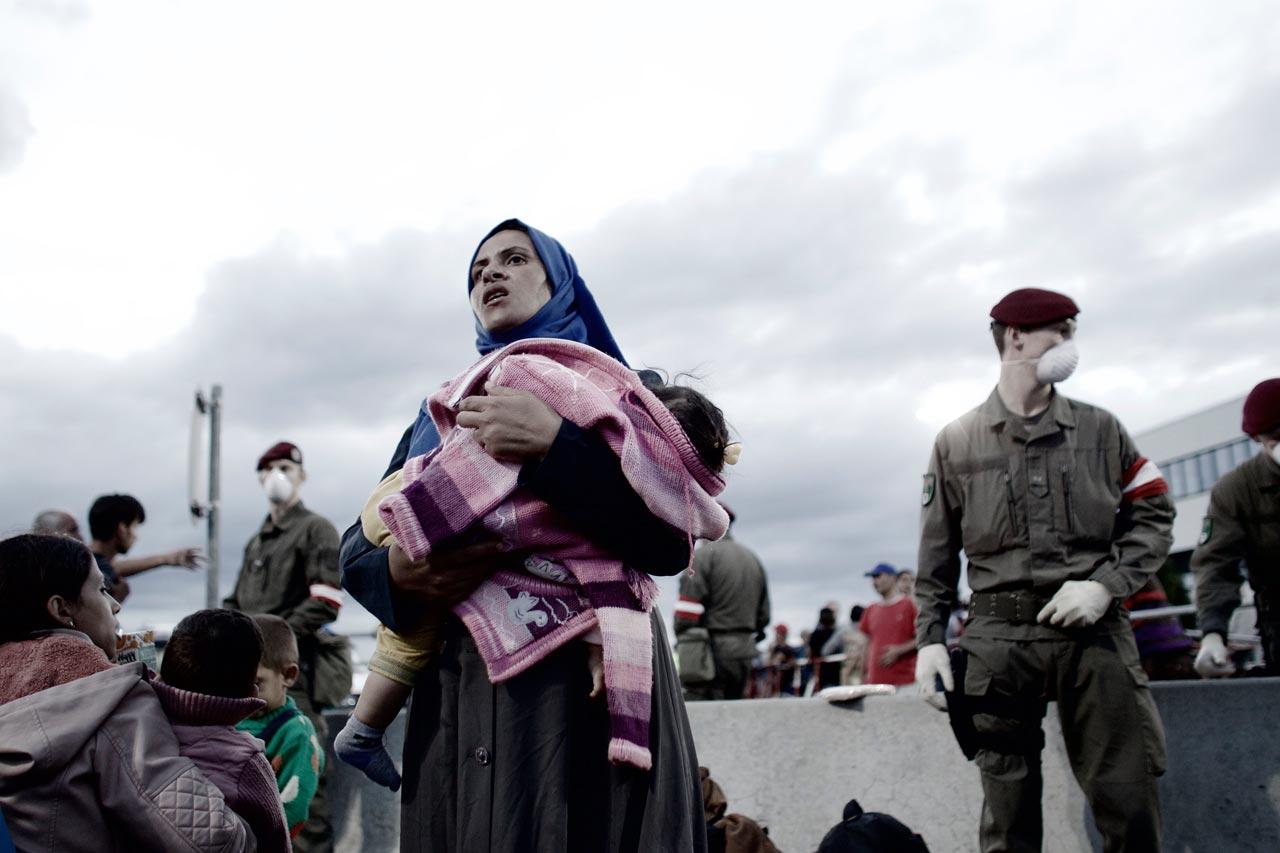 Geflüchtete, viele mit kleinen Kindern, wurden nach ihrer Einreise in die provisorische Auffangstation Heiligenkreuz gebracht. Von da aus geht es mit Bussen weiter. Heiligenkreuz, Österreich, 19. September 2015.