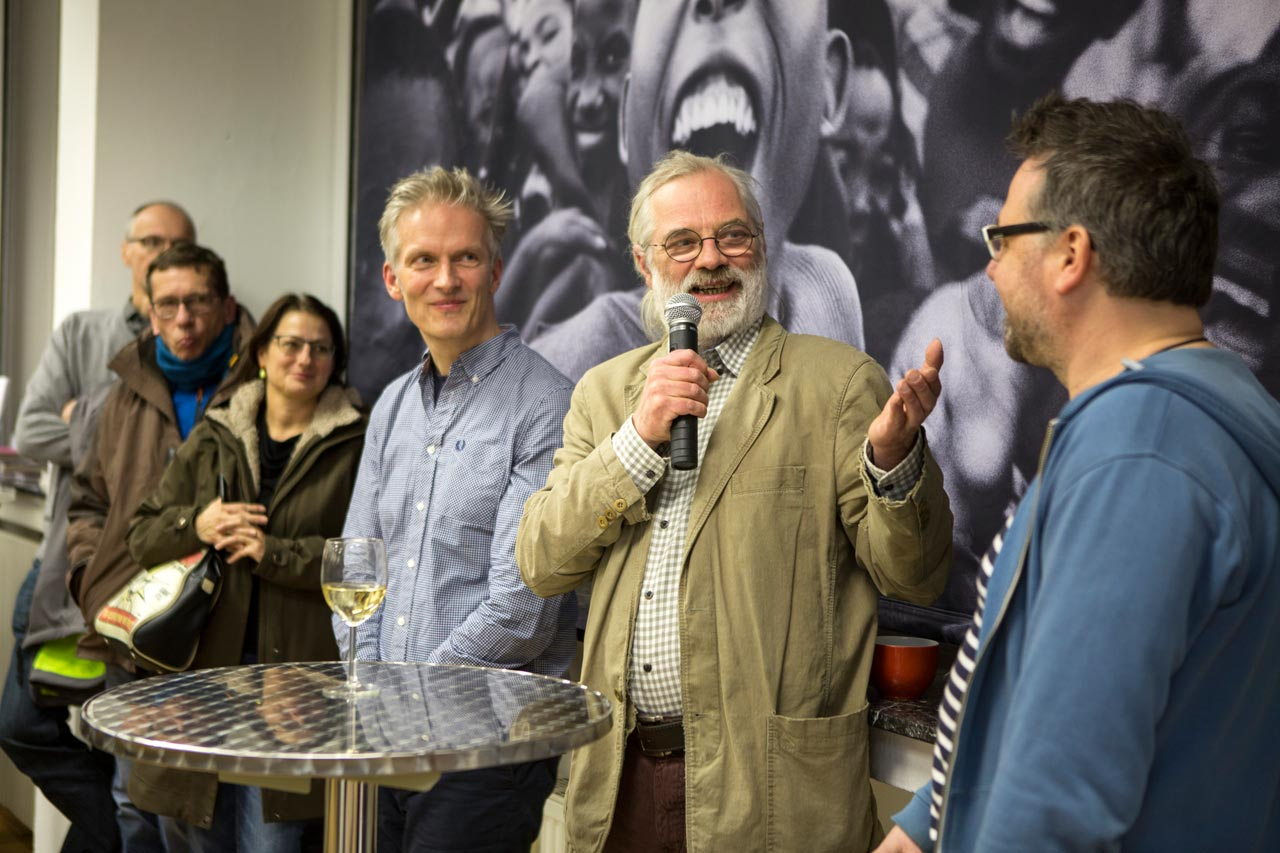 Peter Lindhorst, Kurator der FREELENS Galerie, Hannes Wanderer, Peperoni Books und Erik Hinz (v.l.n.r.) bei den Eröffnungsreden.