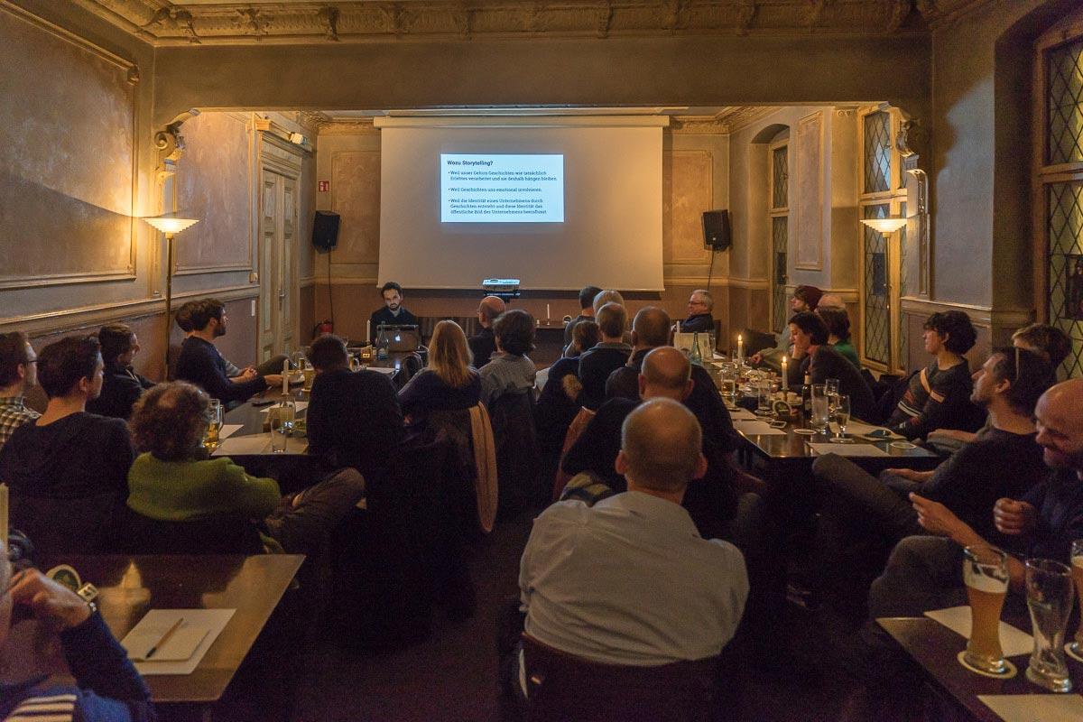 Michael Hauri bei seinem Vortrag über »Visual Storytelling« beim Treffen der FREELENS Regionalgruppe Berlin. Foto: Rainer F. Steußloff