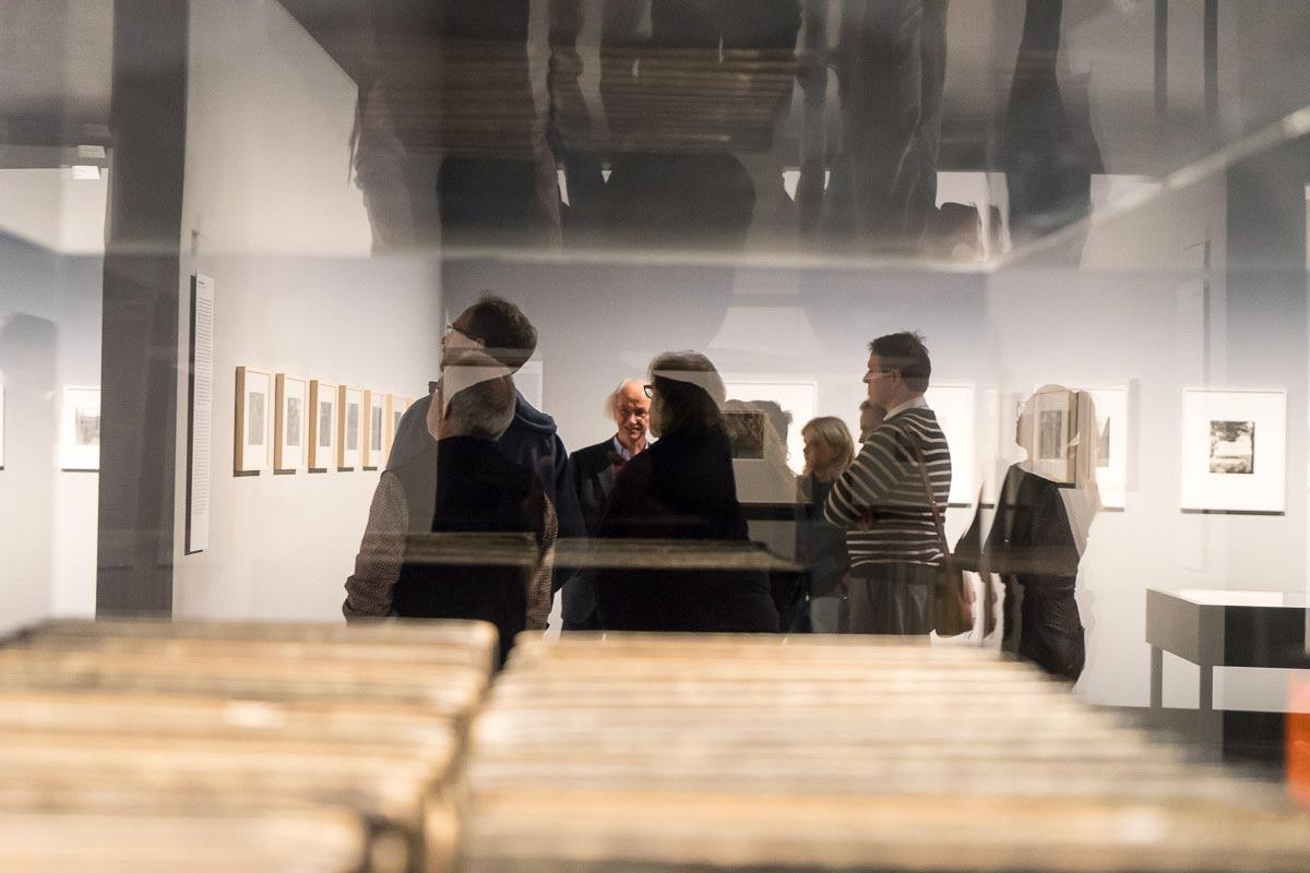Die Regionalgruppe Berlin ließ sich von Dr. Enno Kaufhold durch die Ausstellung »Kreuzberg–Amerika« im C/O Berlin führen. Foto: Rainer F. Steußloff