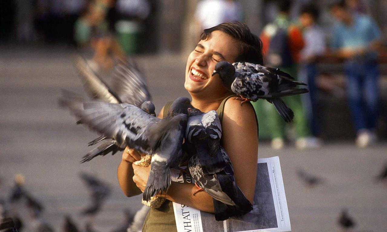 Ekstase. Touristin mit Tauben auf dem Mailänder Domplatz. Foto: Rainer F. Steussloff