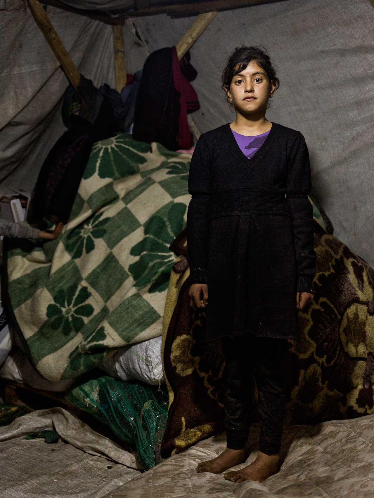 Buesra, 11, lebt mit ihrer Familie in Torbali, Izmir, in einem Zelt. Seit ihrer Flucht im Dezember 2015 aus der Nähe von Kobane in Nordsyrien hat sie keine Schule mehr besucht – stattdessen arbeitet sie jetzt mit anderen Kindern als Erntehelferin. Foto: Murat Türemis