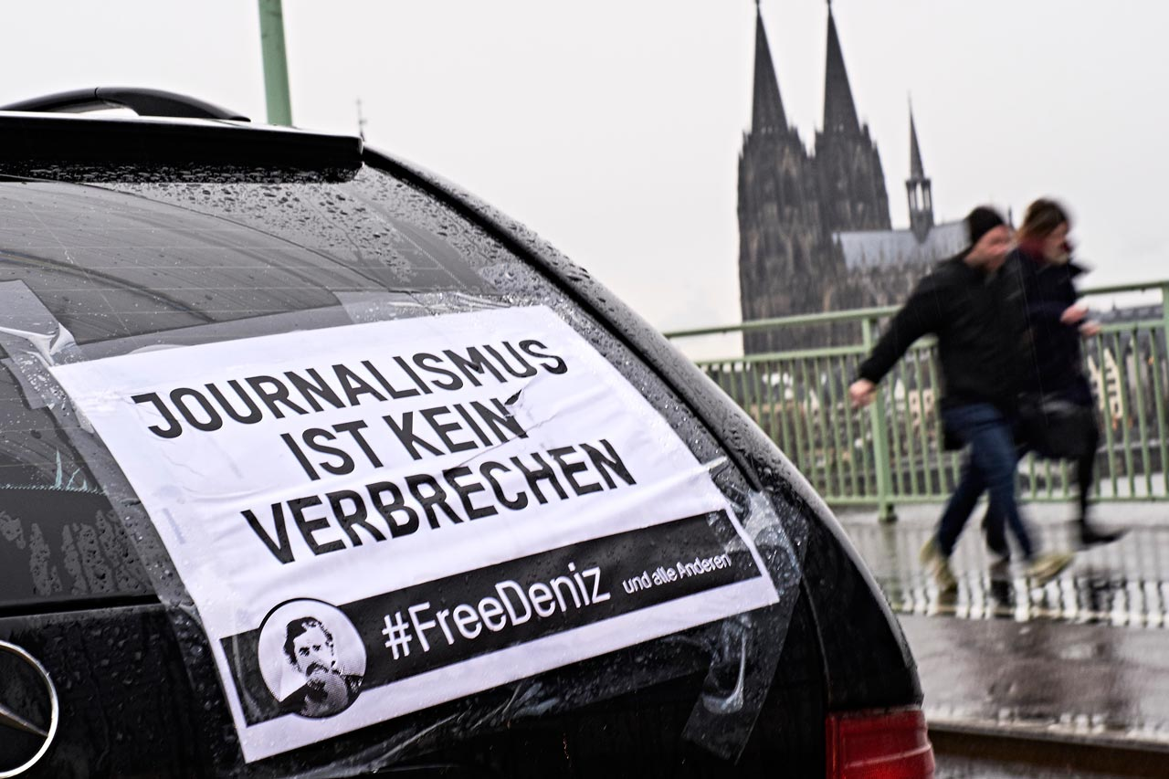 Autokorso für Deniz Yücel und alle anderen in der Türkei inhaftierten Journalisten. Foto: Roland Geisheimer
