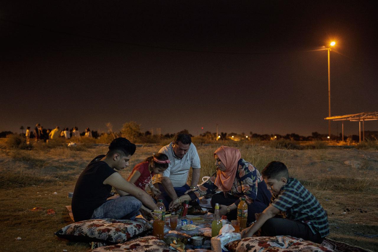Laith Majid Al Amiri (Mitte), seine Frau Nada Adel Marasma und ihre Kinder Ahmed, Nour und Taha picknicken im Oktober 2016 in der Nähe des Tigris, Bagdad. Die Familie, die 2015 über Kos nach Deutschland geflohen war, kehrte Anfang 2016 aus familiären Gründen zurück in die Heimat. Foto: Daniel Etter