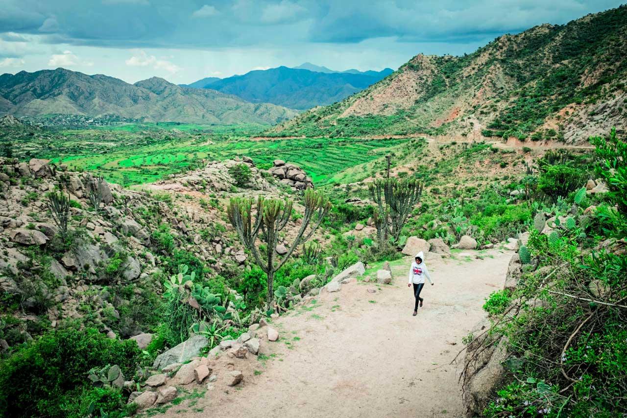 Zwölf Kilometer läuft dieses Mädchen in Eritrea jeden Tag zu Fuß zur Arbeit, um von ihrem Heimatort Hebo nach Sageneyti zu gelangen. Das diktatorisch regierte Eritrea gilt als das Nordkorea Afrikas, politische Opposition und freie Medien gibt es nicht. Der Fotograf François X. Klein liefert seltene Einblicke in ein Land, aus dem täglich Menschen fliehen – und das doch allen Klischees widerspricht.