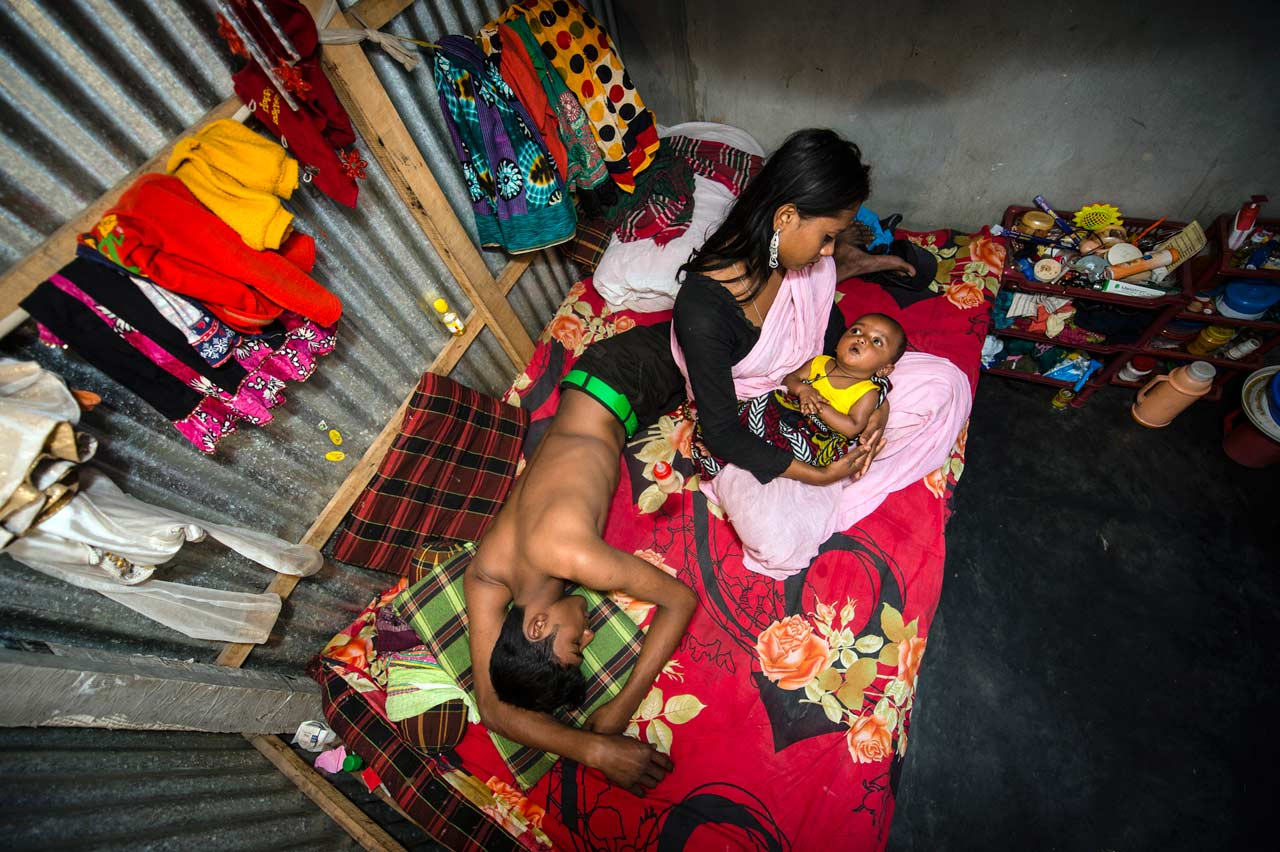 Sandra Hoyns Serie »Das Verlangen der Anderen«, welche den Alltag der Sexarbeiterinnen im Kandapara Bordell in Bangladesh dokumentiert, wurde bei den Sony World Photography Awards 2017 mit dem 1. Platz in der Kategorie »Alltag ausgezeichnet. Foto: Sandra Hoyn