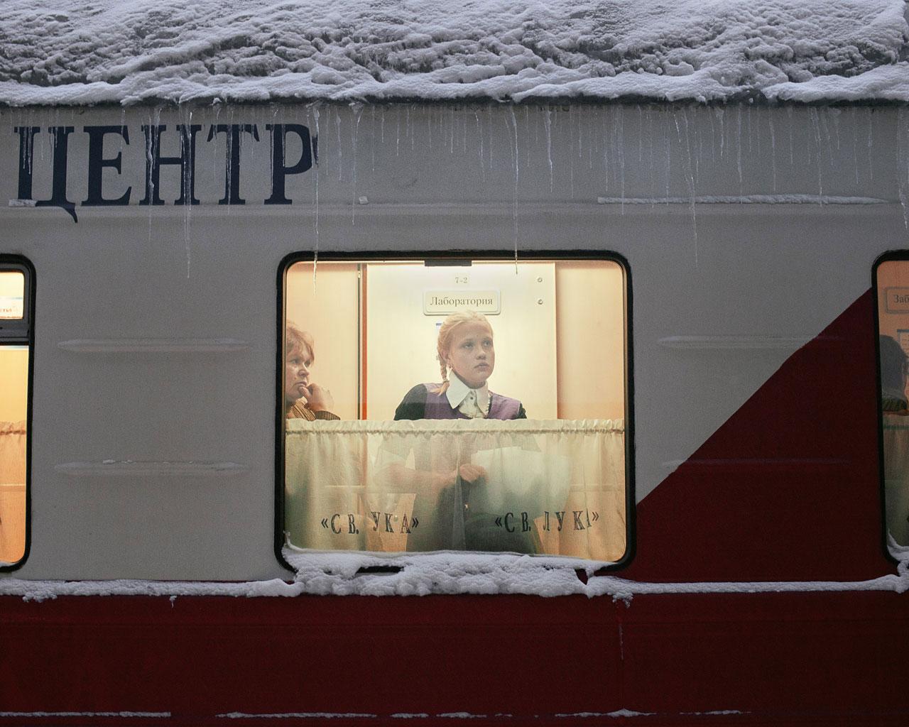 Patienten warten in den engen Gängen des Zuges auf ihre Behandlung und Laborergebnisse. Kuragino, Krasnoyarsk Krai, Russland, 2016. Foto: Emile Ducke