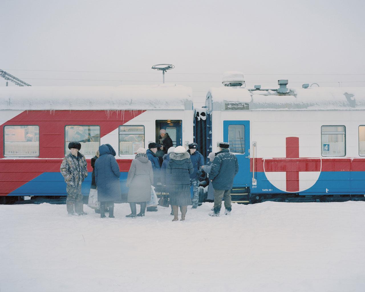 Bei Temperaturen weit unter dem Gefrierpunkt warten Patienten am Eingang des Registrierungswaggons. Foto: Emile Ducke