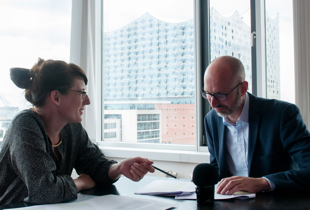 Susanne Krieg im Gespräch mit Medienanwalt Stephan Zimprich. Foto: Lennard Schwarz
