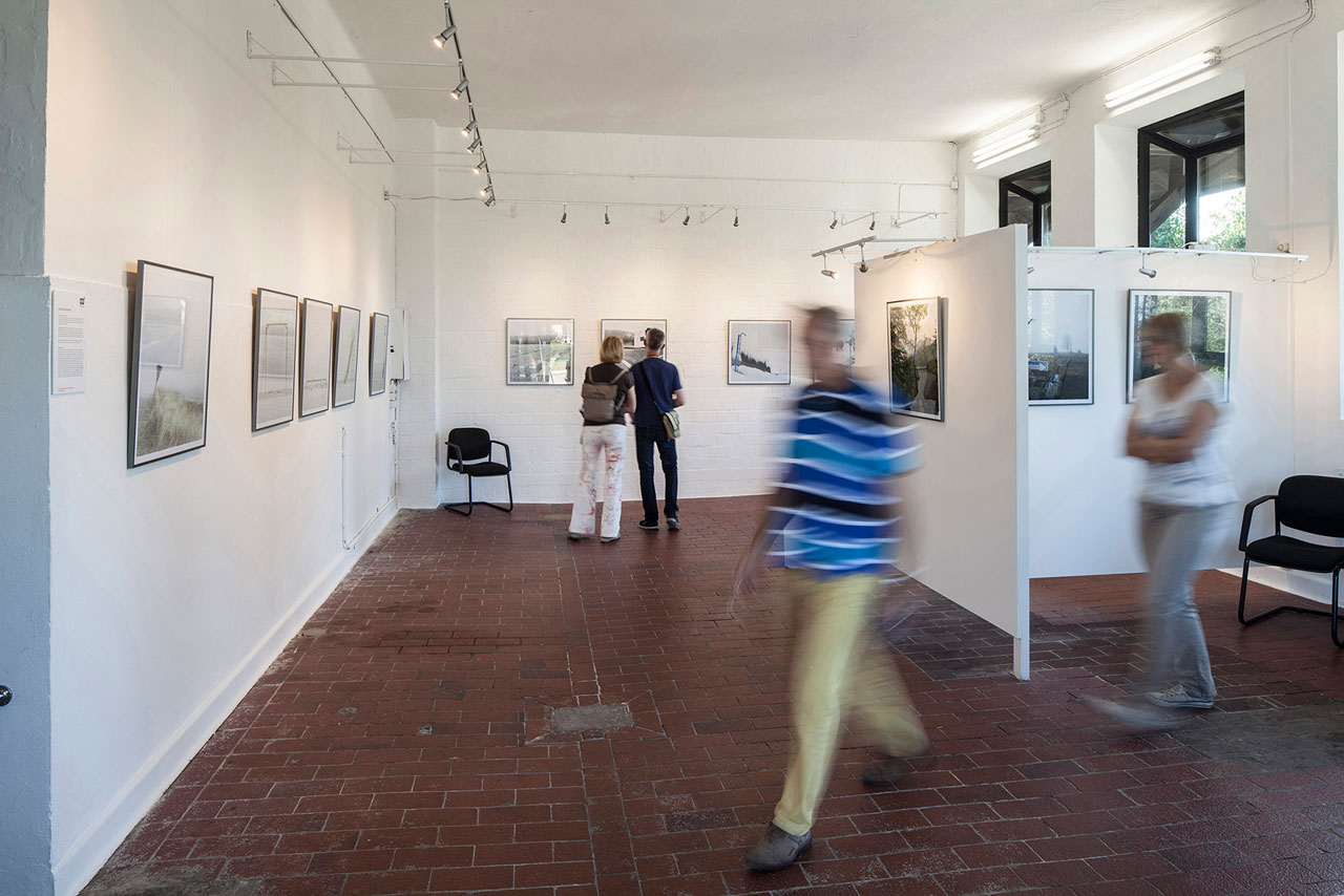 Besucher des ersten RAW Photofestivals 2016 in der Galerie ART99 im Kunstcentrum Alte Molkerei, Worpswede. Foto: Roland Wehking
