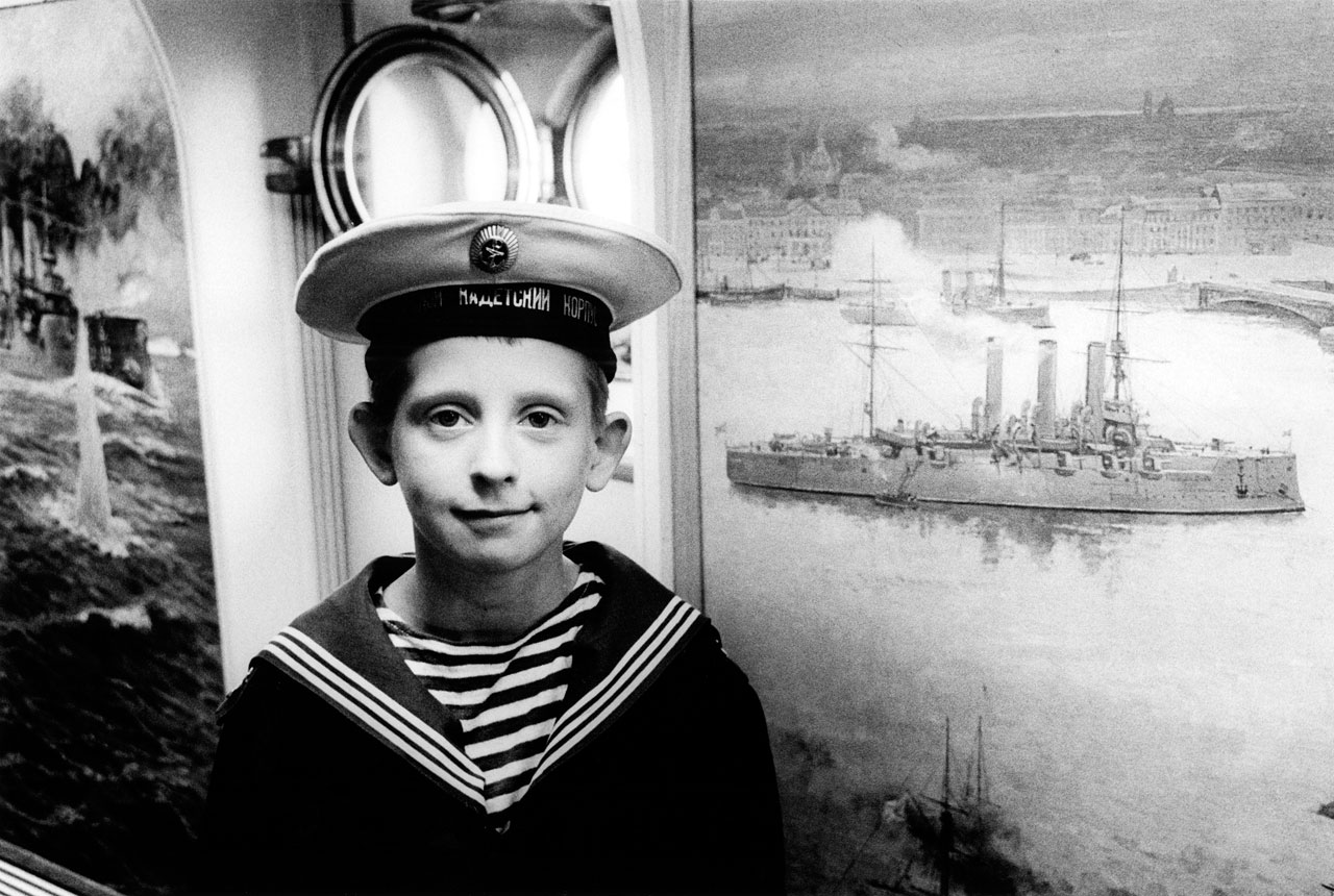 St. Petersburg, Mai 1997. Der 11-jährige Kadett Sergej Kanynin auf dem Museumsschiff Aurora. Foto: Peter Dammann/Agentur Focus