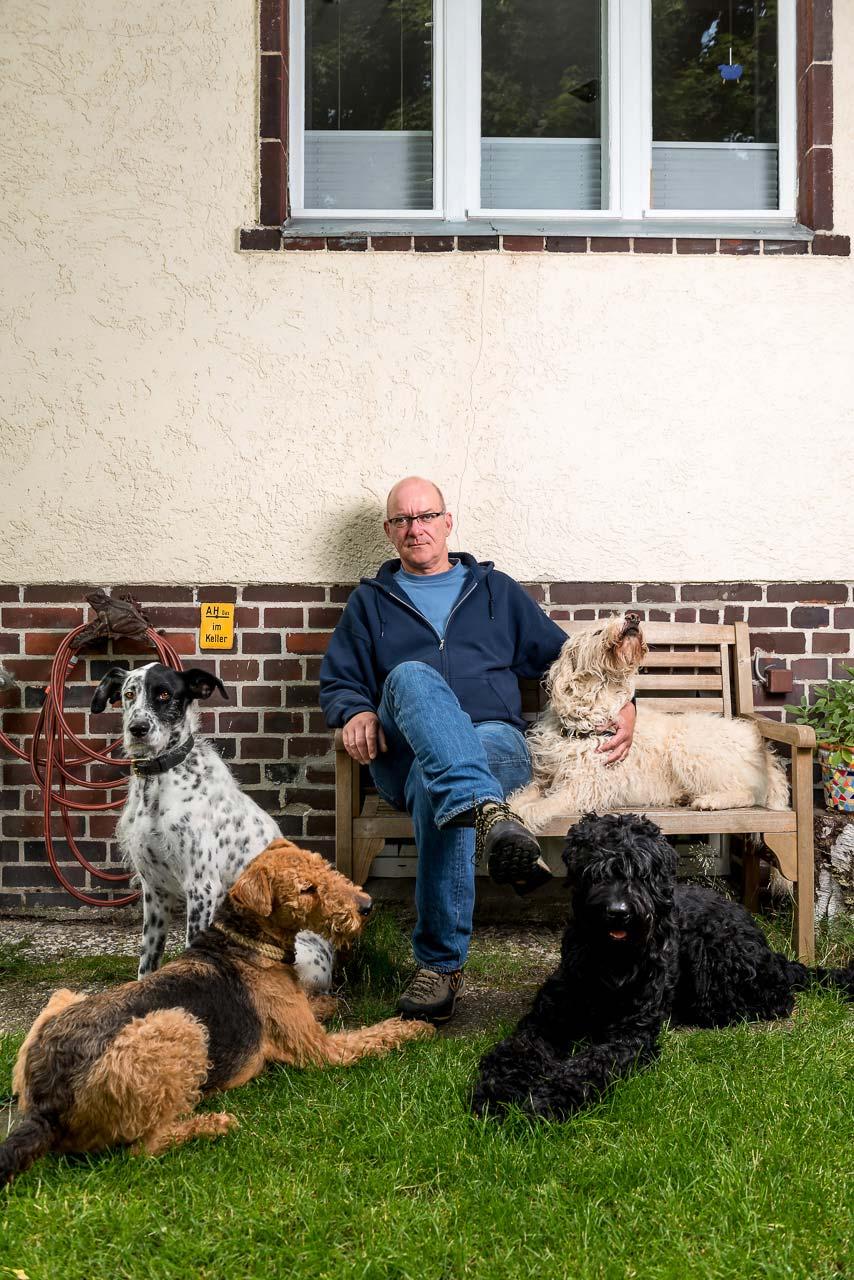 »Für Hunde ist es hier in Lichtenrade viel besser als vorher in Neukölln. Mein Gassie-Geh-Tipp: am ehemaligen Mauerweg entlang. Da können die Hunde laufen.« – Lutz W., Hundetrainer. Foto: Bethel Fath