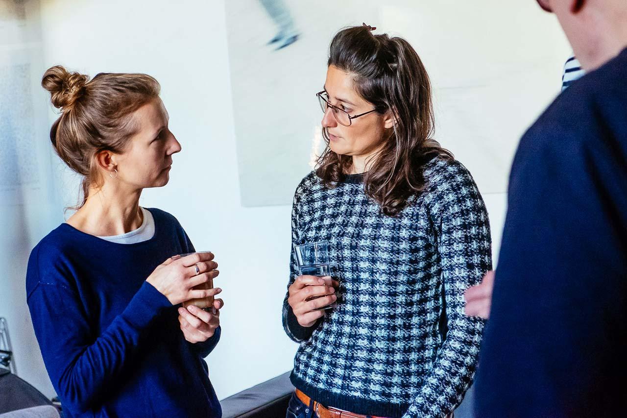 Auch in den Pausen wurde unter den Teilnehmer*innen weiter diskutiert… Foto: Svea Pietschmann