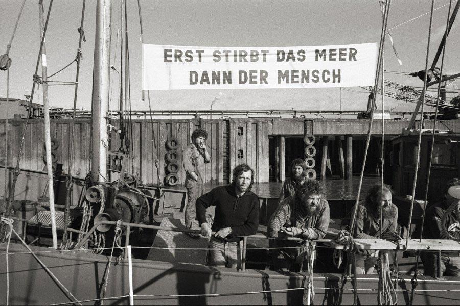 »Erst stirbt das Meer, dann der Mensch« – Protestaktion gegen die Dünnsäureverklappung in der Nordsee. Foto: Hinrich Schultze