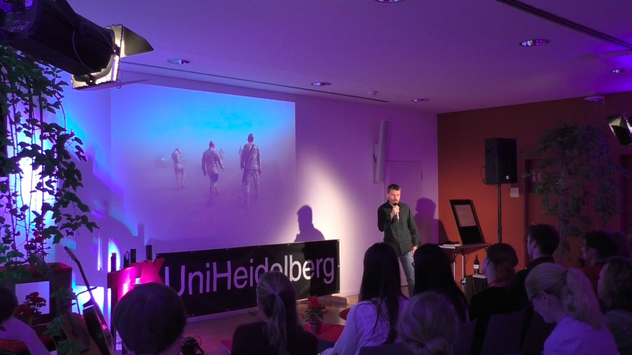 Christoph Bangert bei seinem TEDx-Talk »What is War Like?« an der Uni Heidelberg im Juli 2017. Foto: Screenshot Youtube