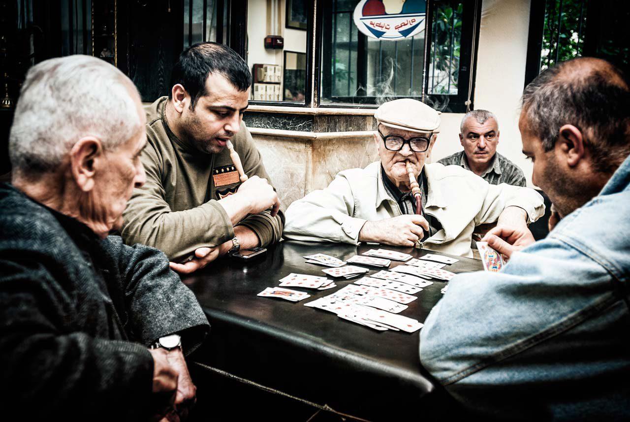 Männer beim Kartenspiel in der Hafenstadt Latakia. Foto: Lutz Jäkel/Laif