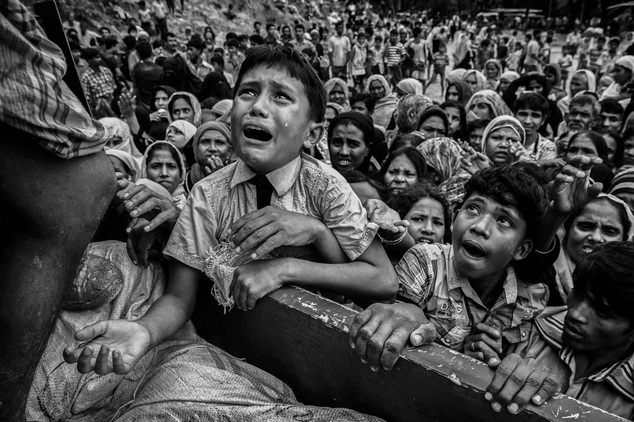 Der dritte Preis ging an den kanadischen Fotografen Kevin Frayer, der Zeuge der puren Verzweiflung eines Jungen bei der Ankunft eines Lebensmitteltransportes in einem Flüchtlingslager der Rohingya am Golf von Bengalen wurde. Foto: Kevin Frayer/Getty Images