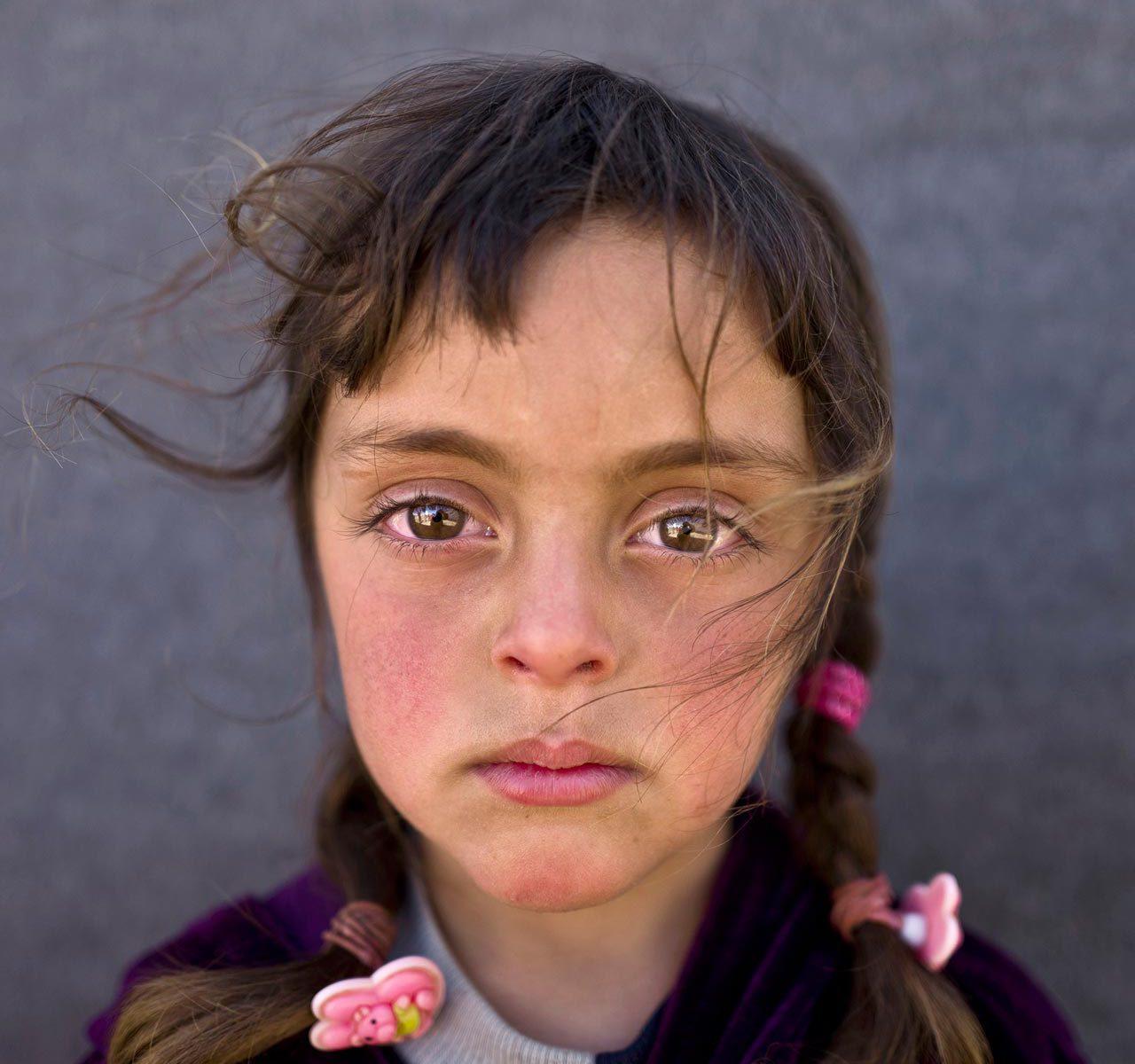 Das UNICEF-Foto des Jahres 2017 zeigt die Verstörung, die Krieg und Flucht in den Augen eines Kindes hinterlassen. Der Fotojournalist Muhammed Muheisen porträtierte die fünfjährige Zahra aus Syrien in einem Flüchtlingslager in Jordanien. In ihrem Gesicht begegnet dem Betrachter stellvertretend das stille Leid von Millionen Kindern in den Krisenländern der Erde. Foto: Muhammed Muheisen/AP/dpa