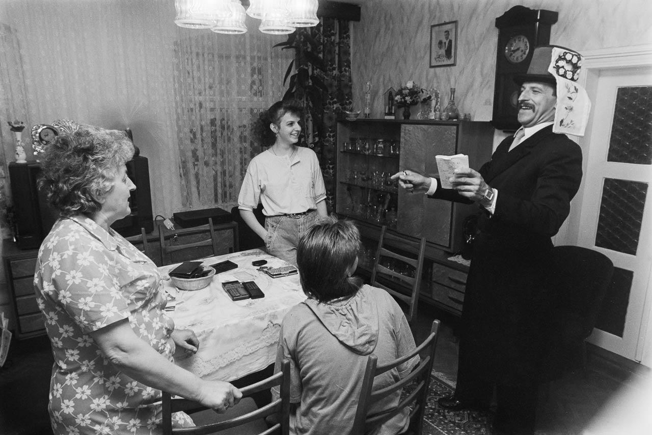 Marko Jurk, ehrenamtlicher Hochzeitsbitter bei einer Familie in Rosenthal, 1992. Foto: Andreas Varnhorn