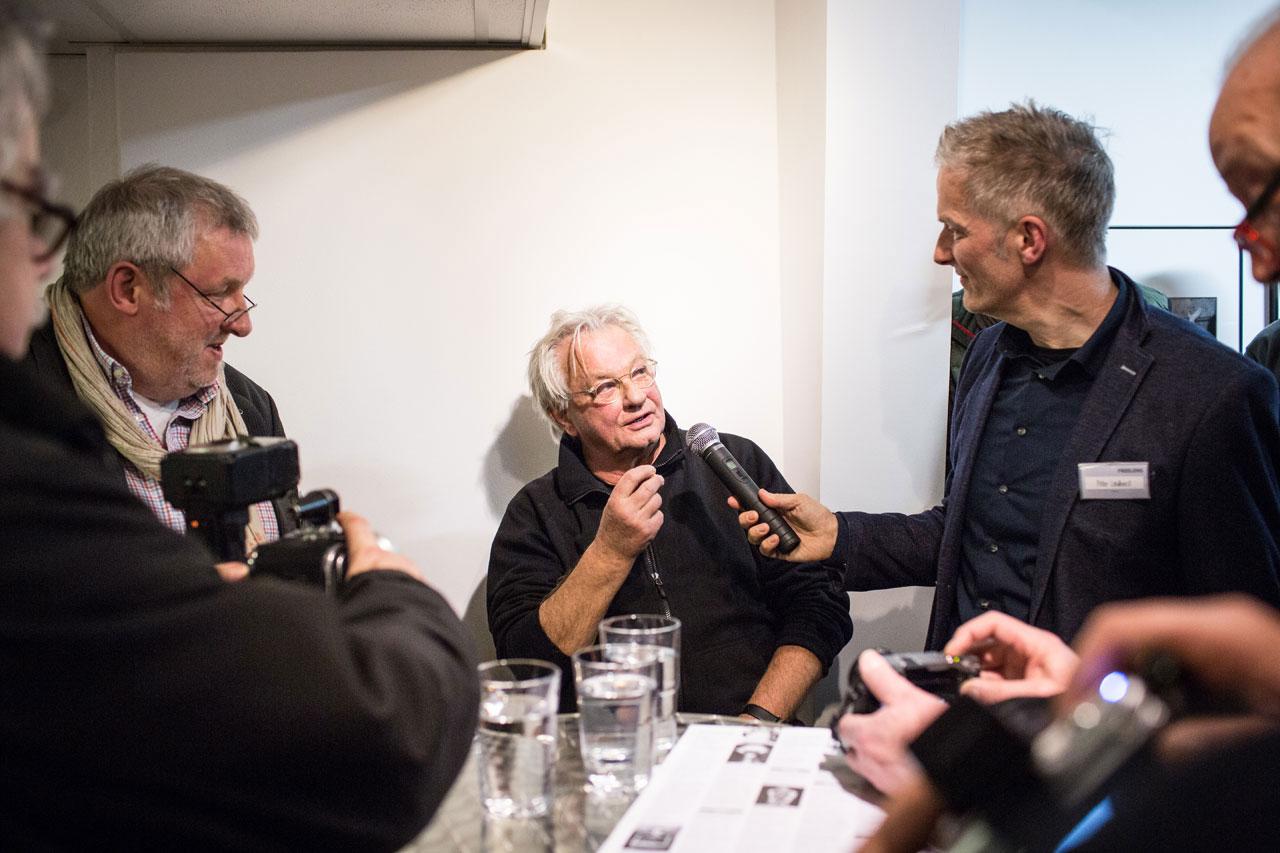 Kurator Peter Lindhorst im Gespräch mit Anders Petersen. Foto: Maria Feck
