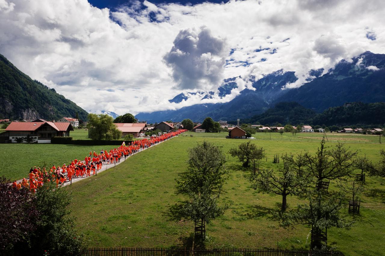 Europameisterschaft 2008: Oranje-Fans auf dem Weg zum Bahnhof in Interlaken, Schweiz. Foto: Christian Frey
